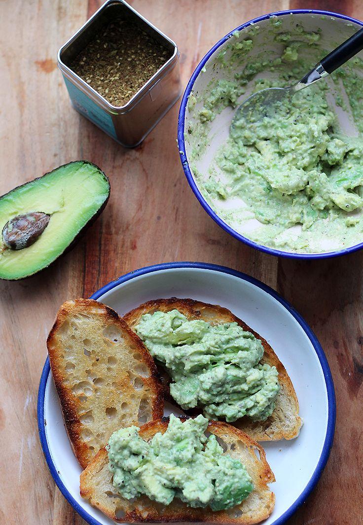 Een heerlijk gerecht vanOriginal Spiceby Jonnie Boer: toast met za'atar-avocadospread. Deze avocadospread is heerlijk romig en kruidig door de Za'atar, een groene specerijenmelange die zeer populair is in het Midden-Oosten. Smeer het brood in met wat olijfolie en grill een paar minuten in een goed hete grillpan of in de oven op de grillstand. Schil …