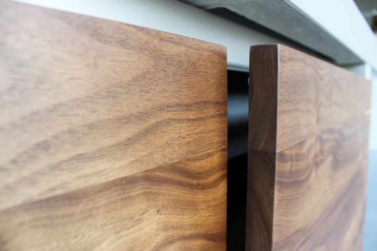 Keukenlades onder betonnen aanrechtblad. Lades uitgevoerd in Amerikaans notenhout.