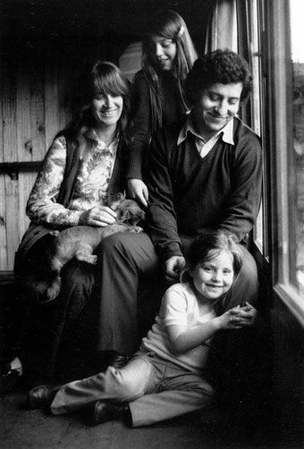 Víctor Jara con su mujer Joan y sus hijas Manuela y Amanda | Antonio Larrea