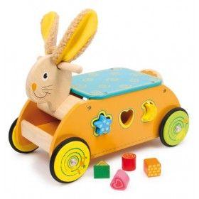 Vozík z bukového dreva pre deti so šiestimi zasúvacími prvkami. Didaktický vozík sa skladá z kovových osí, ktoré držia kolieska s gumenými prúžkami a zaručujú tak tichú jazdu.