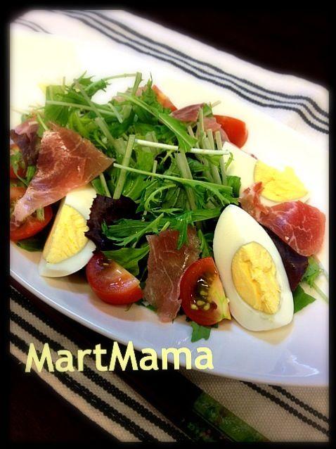 これは旦那さん用なので卵とトマト入りです。先日富良野で買ったオニオン&ガーリックのドレッシングをかけて。 - 64件のもぐもぐ - 水菜と生ハムの彩りサラダ by MartMama