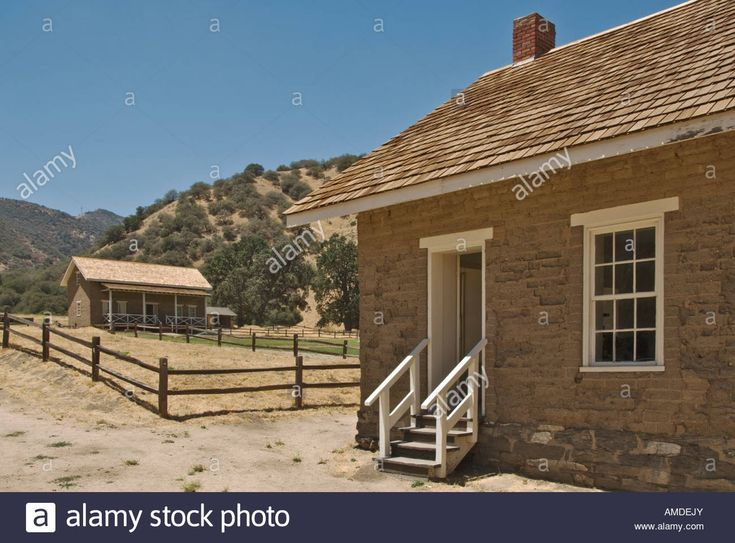 Download this stock image: California Lebec Fort Tejon State Historic Park active army post 1854 to 1864 barracks building - amdejy from Alamy's library of millions of high resolution stock photos, illustrations and vectors.