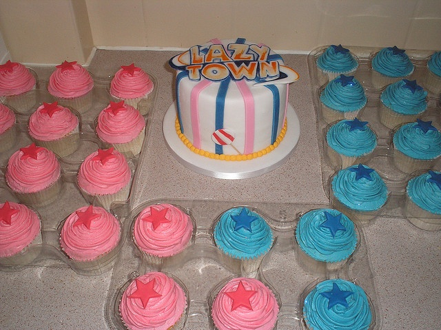 Torta y cupcakes en crema con toppers de estrella en tonos azul y rosa