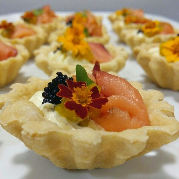 CCI PRESIDENCIA 50 PX  Coctel/Pasabocas   Tartelette de salmon / huevas de lumpo (caviar) / gastric de mango / queso infusionado com eneldo.