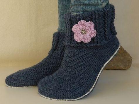 Wer kennt das nicht, die kalten Füße im Winter ;-). Mit diesen Hausschuhen ist nun Schluß damit. Sie sind bequem wie gestrickte Socken und doch stylisch. Durch die Schuh-Optik wirken sie richtig flott. Die Sohle wird an der Ferse schmaler gehäkelt, für eine perfekte Passform.  Das Besondere an diesen Schuhen ist, dass sie je nach Belieben getragen werden können. Die Blumen sind so gehäkelt, dass man sie abnehmen und austauschen kann. So kann je nach Kleidungsfarbe auch die Blumenfarbe der…
