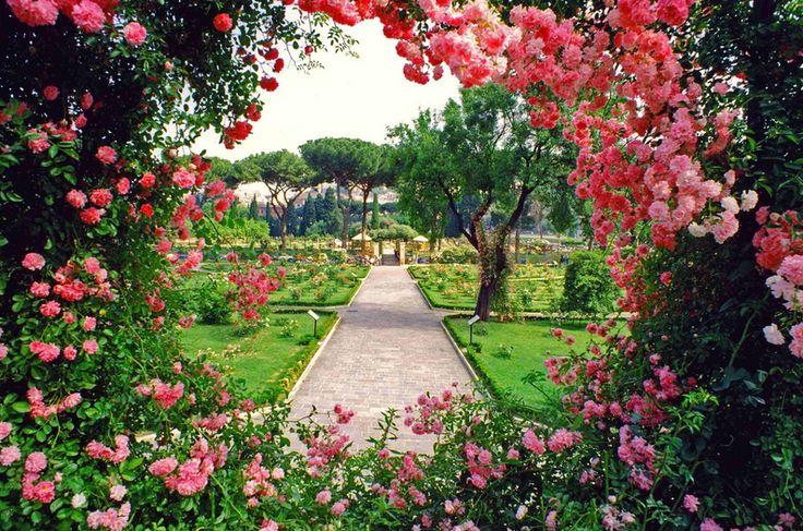 Omgeef jezelf door klassieke rozen, geurige lavendel en weelderige bloesem. Sluit je ogen, terwijl de vogels ritmisch fluiten en laat je verliezen in de sereniteit. Een romantische tuin prikkelt alle zintuigen. Wij geven je tips hoe je jouw eigen achtertuin verandert in dit idyllische droomwereldje. Bron: House to home Bron: Tuinposters Weelderig | Oase van […]
