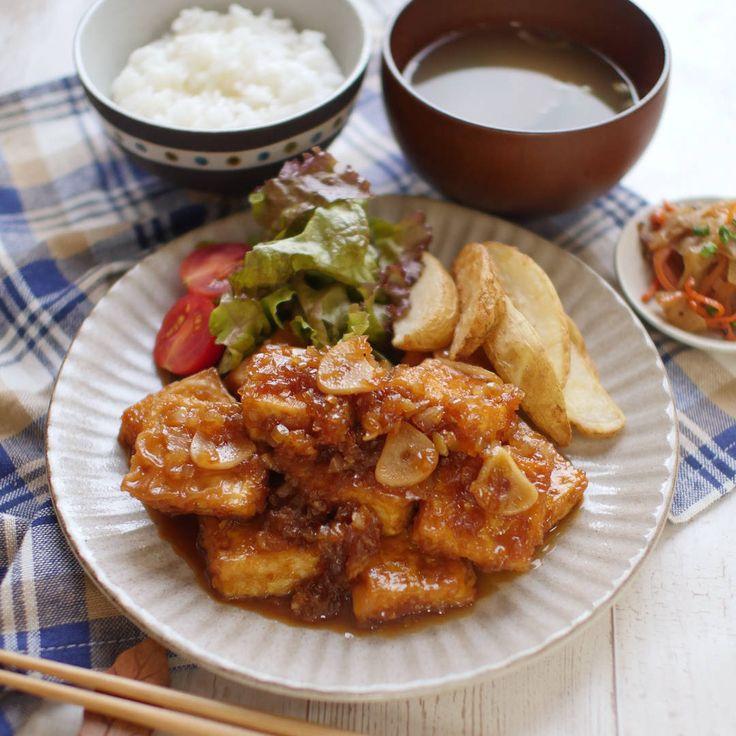 「豆腐のサイコロステーキ」のレシピと作り方を動画でご紹介します。水切りした豆腐に衣をつけてにんにくと一緒にごま油で焼き、玉ねぎをたっぷり入れた甘酢っぱいたれで絡めました。お豆腐なのに食べ応え満点で、ご飯にぴったりのひと品です!
