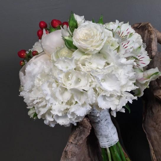Νυφικό μπουκέτο (Ανθοδέσμη) γάμου από λευκές ορτανσίες, λευκές παιώνιες, λευκά μίνι τριαντάφυλλα, λευκές αλστρομέριες και κόκκινο υπέρικουμ.  Το δέσιμο είναι από δαντέλα.  Η πρόταση είναι ενδεικτική του NEDAshop.gr και μπορεί να τροποποιηθεί όπως εσείς θέλετε. http://nedashop.gr/gamos/nifikh-anthodesmh/nyfiko-mpoyketo-gamoy-ortansia-peonia-kokkino-yperikoym