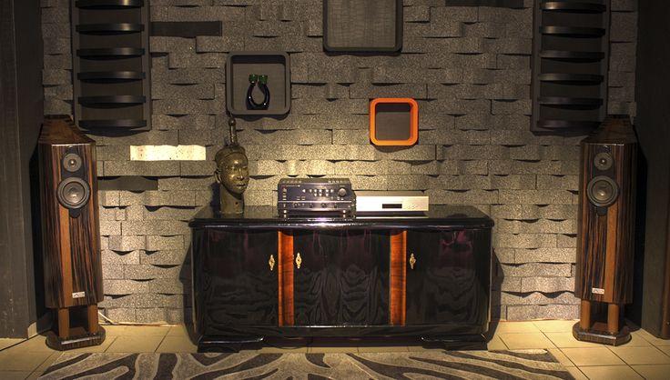 TAU CETI to kolumny zaprojektowane dla słuchacza o szerokim spektrum zainteresowań muzycznych, lubiącego nieco ciemniejsze brzmienie. Obudowy wykonane z litego drewna. Dwa gatunki drewna liściastego, klejone na przemian. Ścianki boczne profilowane, podobnie jak grodzie, z dylatacją antyrezonansową grubości około 30 mm. Całość obłogowana i fornirowana naturalnymi fornirami. Na zamówienie dostępne też obudowy barwione w różnych kolorach, także na wysoki połysk.