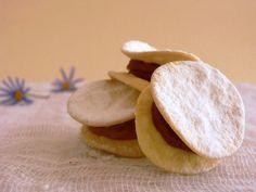 """Los alfajores que son de origen Arabe y su nombre significa """"el relleno"""" ,estos dulces llegaron anuestro paíscon las monjas misioneras Españolas durante el siglo XVI que corresponde al periodo de La Conquista de Chile. Ellas entrgaron muchas de"""