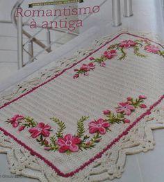Tapete em barbante com aplicação de flores bordadas. R$ 80,00