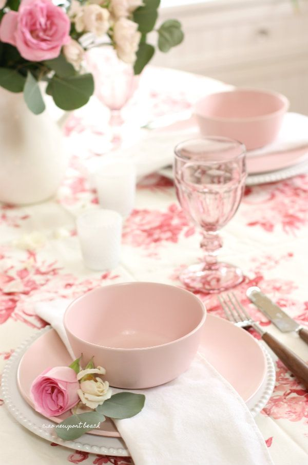 I had one last go at setting a rosy pink tablescape for Valentine's Day, inspired by this rose covered chintz fabric that I've been holding on to, for its sweet romantic vibe. Blush pink plates, bowls and glasses soften the look of the bold tablecloth. And, of course, two varieties of roses tie the whole look together.