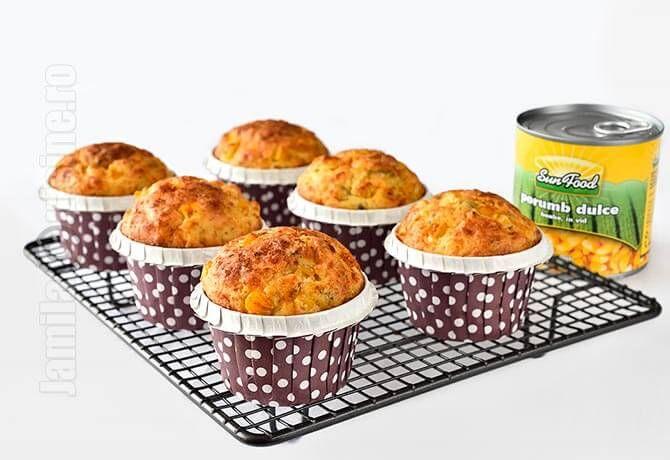 Aceste briose cu porumb si telemea sunt nemaipomenite pentru micul dejun, pentru o gustare sau de ce nu, ca pachet la scoala sau la serviciu.