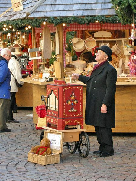 The Percorso delle Cinque Stelle (Road of the Five Stars) includes the five most enchanting Christmas markets in South Tyrol, combining Germanic tradition with Italian style: Vipiteno (Sterzing), Bressanone (Brixen), Brunico (Bruneck), Bolzano (Bozen) and Merano (Meran).