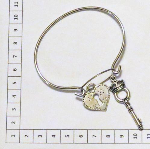 Leuke metalen nikkel kleurige armband ± 20cm met verbindingsring en twee bedels in de vorm van een hartjeslot ± 24x23mm en sleutel ±45x13mm oud zilverkleurig  leuk cadeau in gratis kleurig organza