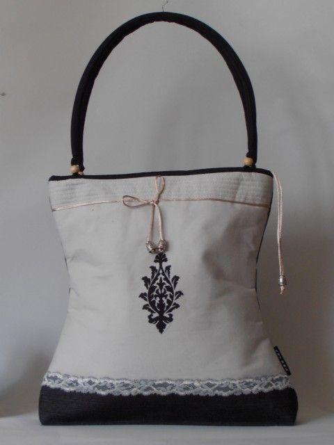 Törtfehér farmervászon táska, fekete motívummal díszítve