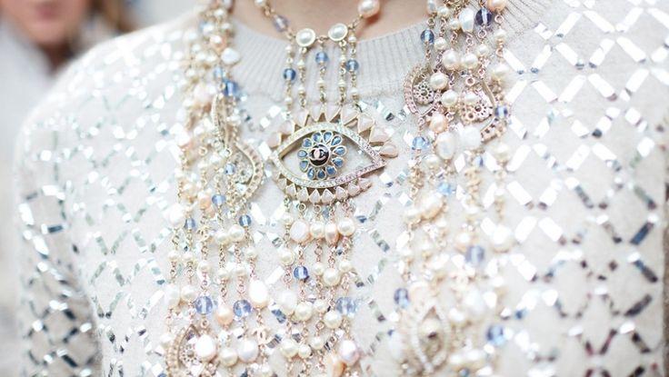 Collane Donna 2016-2017  Chanel come al solito propone un'abbondanza di collane di perle di varie lunghezze e dimensioni.