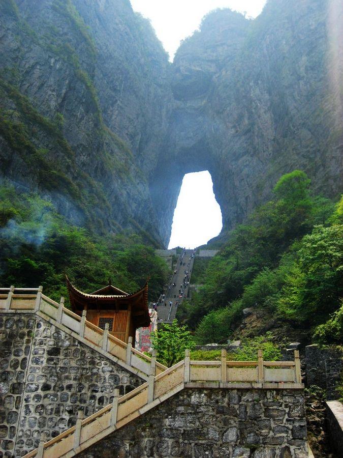 Гора Тяньмэнь является одной из самых живописных и любимых достопримечательностей в Китае не только из-за своих уникальных и природных особенностей (плоские вершины, хорошо сохранившиеся леса, редкие представители флоры и фауны, и сад природного бонсайя), но и из-за глубокой культурной символики, которая ее окружает.