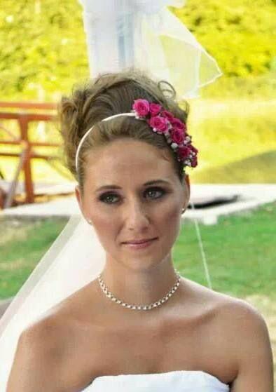 Menyasszonyi smink: A szemén barnával és feketével árnyalva, Arcán és Száján finom rózsaszínnel, Frizuráját különleges hajpántja ihlette, hátul nagy kiterjedésű, laza kontyot visel