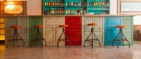 Esta otra se realizó con viejas puertas de madera, en llamativos colores.