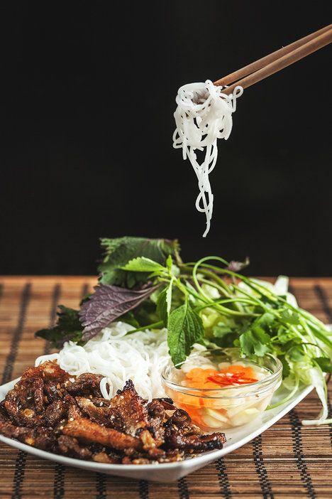 Bůček po vietnamsku je nádherně křupavý, úžasně voní a spolu s rýžovými nudlemi, čerstvými bylinkami a svěží zálivkou vytvoří opravdu luxusní chuťovou symfonii; Eva Malúšová