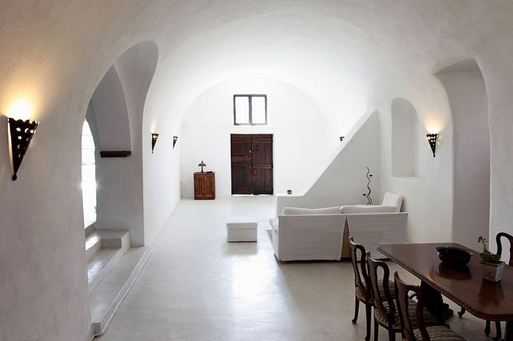 Mansion Kiara in #Megalochori features a typical Cycladic architecture with smooth curved lines and whitewashed interiors.