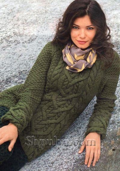 Оливковый свитер с косами вязаный спицами