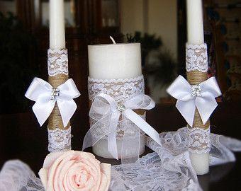 ~ Set di 3 candele decorate con tela di organico naturale, pizzo e cuore in legno personalizzato. La decorazione è fatta a mano e cuciti a
