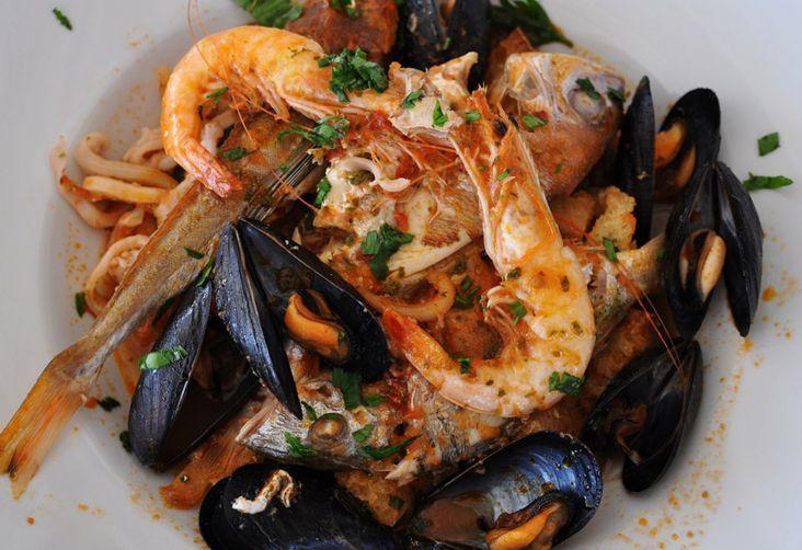 La variante sarda della zuppa di pesce nella sua versione casteddaia. Cagliari, città portuale, offre una grande varietà di pescato di ottima qualità e freschezza