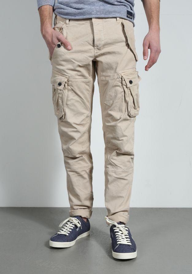 Dit is de Dalai L. Stone broek van Chasin'. Deze cargo broek heeft geactualiseerde accenten op de broekspijpen en is voorzien van cargozakken. Verder is de broek afgewerkt met de bekende Chasin' details. Bekijk 'm via de zoom-functie! Fit: Tapered fit (broek valt normaal op de bovenbenen, loopt vanaf de knie naar beneden smaller)Materiaal: 97% katoen, 3% elastaan Model draagt W31 en is 1.83 m.Zijn binnenbeenlengte is 83 cm en zijn taille 84 cm.