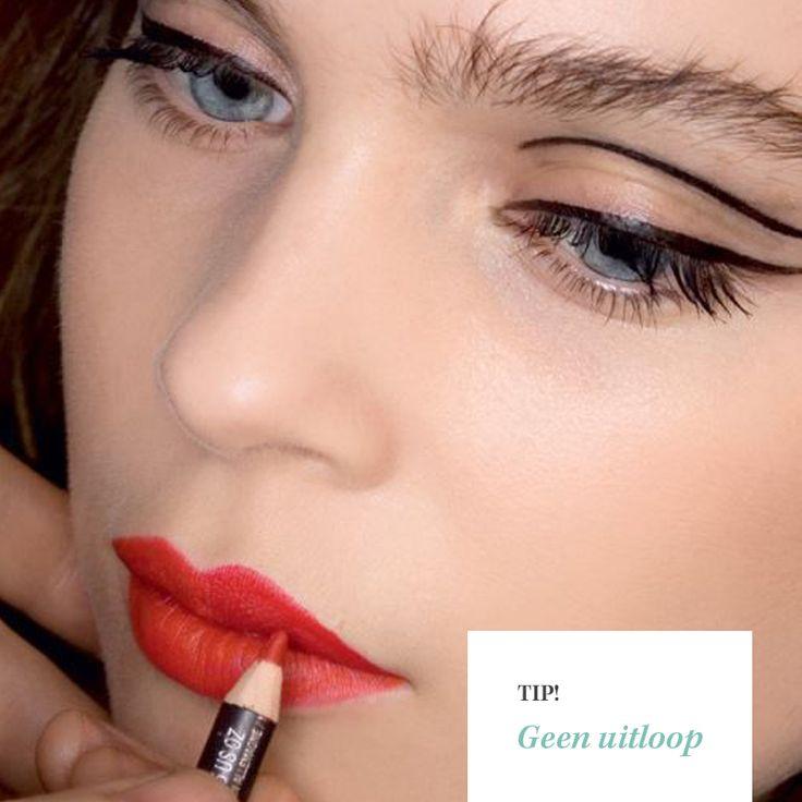 Last van lippenstift die uitloopt? Dep je mond met een tissue na de eerste laag lipstick. Daarna kun je over de tissue heen poederen met een fixeerpoeder zodat je geen vlekken krijgt.