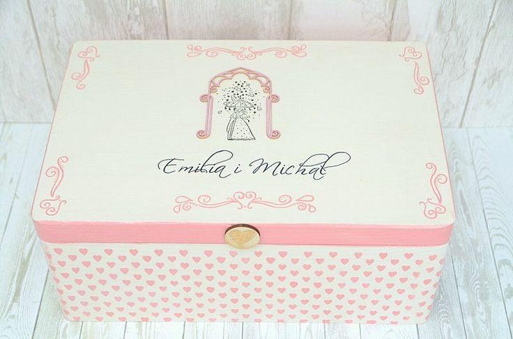 Romantyczny kuferek na kartki i koperty od gości weselnych. Ręcznie malowany, personalizowany, jedyny w swoim rodzaju :)  Do kupienia w ślubnym sklepie internetowym Madame Allure!