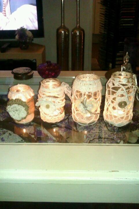 Van 4 potten van groenten,mayonaise e.d. heb ik de etiketten afgeweekt. Met verschillende witte garens heb ik de potten omge haakt en versierd met kanten band en touw, lint en knoopjes. Het zijn leuke theelichthouders geworden en ze branden heel gezellig.