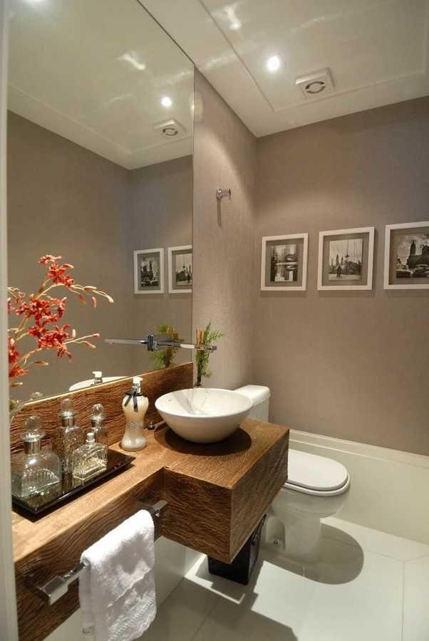 O banheiro é um dos cômodos mais visitados numa casa e, por isso mesmo, facilmente ele pode virar uma bagunça se não tomarmos alguns cuidados. Organizar os produtos de higiene, ter um espaço para as toalhas, separar os acessórios, são...