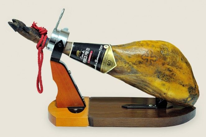 For our first Christmas, we want to bring you the best at yout table for the festivities.The best Iberico ham from Portugal, the premium jams that are perfect with cheeses and deserts and our pates...