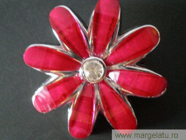 Brosa argintie,floare rosie, cu cristal alb,50mm