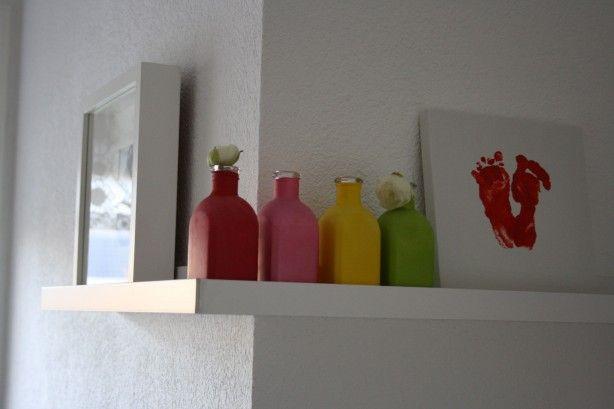 Op het randje in onze keuken staan vier vaasjes (van de Action met een gekleurde ballon er omheen), een lijst van de IKEA en lijstje van canvas met daarop de voetjes van ons dochtertje.