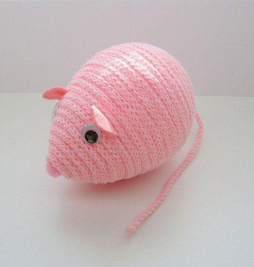 Růžová myška Kristýnka Dekorační růžová myška Kristýnka je zhotovena z polystyrenového vajíčka, akrylové příze a plsti. Myška je vhodná k dekoraci nebo jako hračka pro děti. Rozměry: délka 14 cm, výška 10 cm, délka ocásku:17 cm celá myší školka