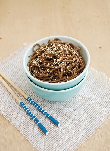 Soba noodles with sesame seeds / Soba com gergelim by Patricia Scarpin, via Flickr