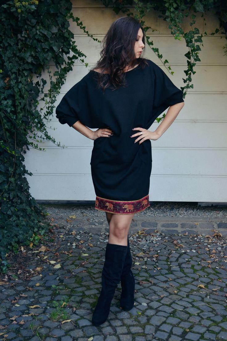 Rochie groasa cu buzunare si detaliu mov. Colectia de Toamna MELOR nu se lipsește de rochii frumoase ce le poti purta în fiecare zi cu siguranța că esti specială. Pentru zilele in care ai chef de un outfit negru însă si de o picătura de culoare peste, îți propunem rochia cu detaliu, un model lejer cu buzunare mari și mânceci lungi ce pot fi ajustate multumita mansetei.