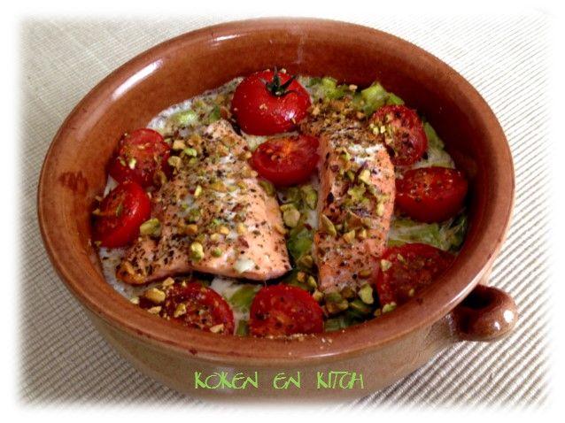 ... de tomaatjes geven een mooie kleur aan het gerecht   ze worden door de oven echt lekker sappig!    Wat heb je nodig?  2 stukken zalmfi...