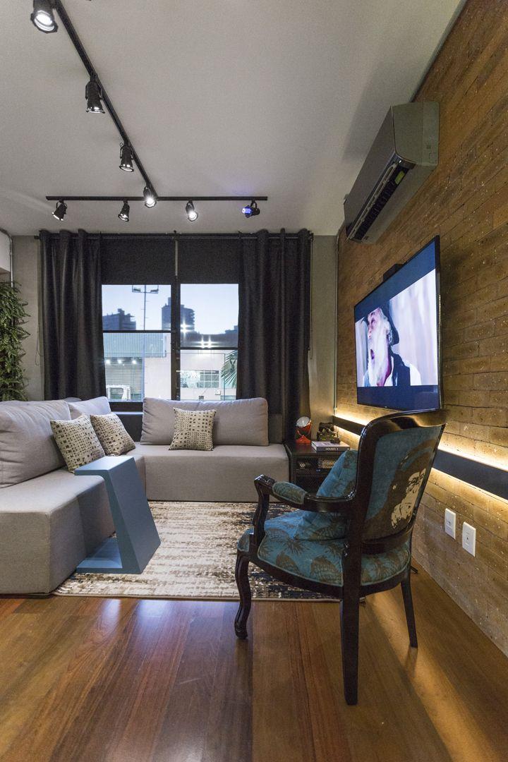 Iluminação, sofá e revestimento