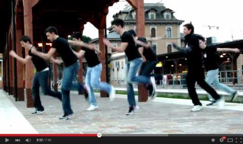 Mit diesen Tanzeinlagen bist du der King auf jeder Party!  Interessante Neuigkeiten aus der Welt auf BuzzerStar.com : BuzzerStar News - https://www.buzzerstar.com/mit-diesen-tanzeinlagen-bist-du-der-king-auf-jeder-party-6d2c19a10.html