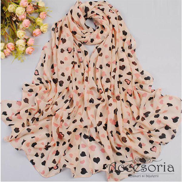 Esarfa Romantica, disponibila pe nuante de beige sau roz, decorata cu imprimeuri inimioare. www.accesoria-store.ro