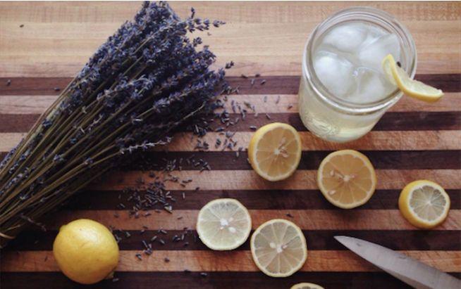 Geheimwaffe gegen Kopfschmerzen: Lavendel-Limoande