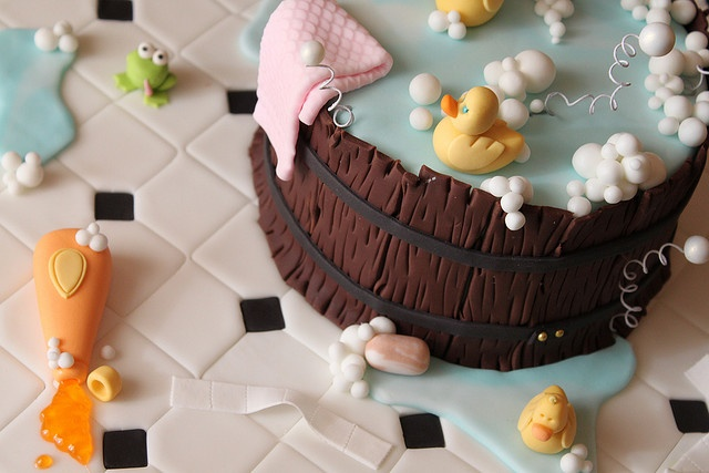 How FABULOUS is this cake for a baby shower?  I love the bubbles!