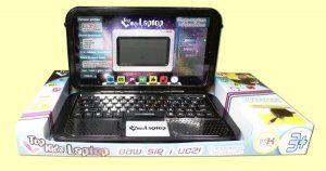 Laptop Top Kids z zasilaczem od firmy HH Poland to świetna zabawka dla każdego dziecka! Dzięki niemu Twoje dziecko będzie mogło połączyć zabawę z nauką.  Laptop zawiera ćwiczenia językowe, ćwiczenia matematyczne, muzykę 22 gry umysłowe i zręcznościowe, zegar, budzik, stoper, licznik oraz kalkulator.