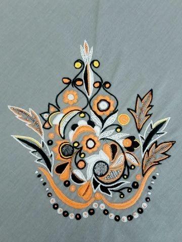 Noir velours et orange flamme, ce Glazig très bigouden est de Marcelline Chapelain, de Pont-Croix.