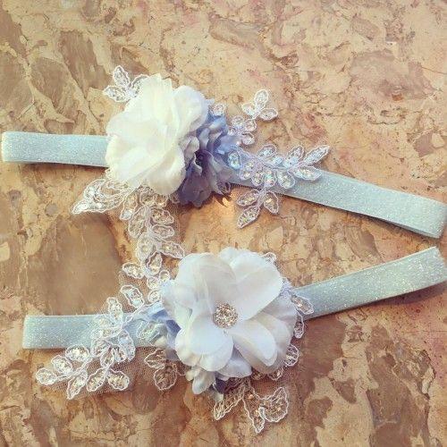 """"""" Lily"""" Lyseblåt frostet hårbånd med smuk blonde applikation og blomster"""