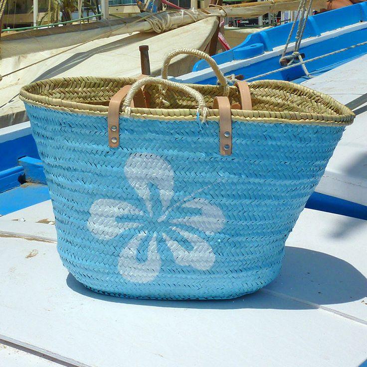 Otra tirada de hibiscus, que no paro. La foto está tirada en una barca de remos muy antigua, pero que aún navega. #capazos www.artaliquam.com